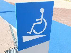 スロープの位置を示す青い標識