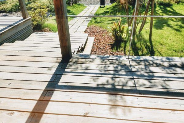 庭を楽しむウッドデッキ&タイルデッキ比較。わが家の選択は?